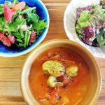 そら豆と尾道トマトの夏カレーレシピ。岩子島トマトとサニーレタスのサラダを添えて。