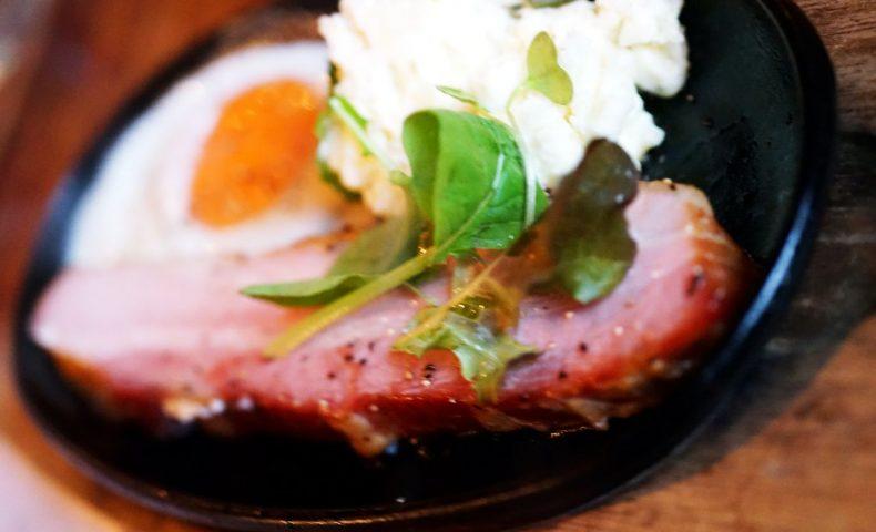 東広島市西条岡町『風横丁』。自家製スモークチーズや厚切りベーコンと、なみなみワインを楽しむ♪