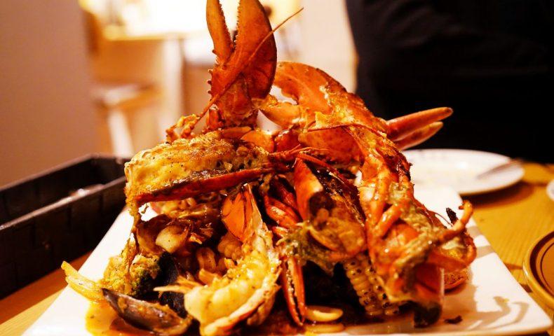 広島市中区『3TREE』、オマール海老を追加した名物料理ケイジャンシーフードがダイナミックかつ超美味しい!