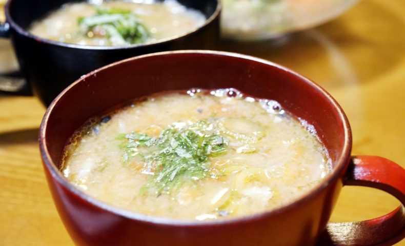 サバ水煮缶で作るお味噌汁が簡単美味しい!ミーシャンズトマトと大葉で、さっぱり爽やか夏味噌汁のレシピ♪