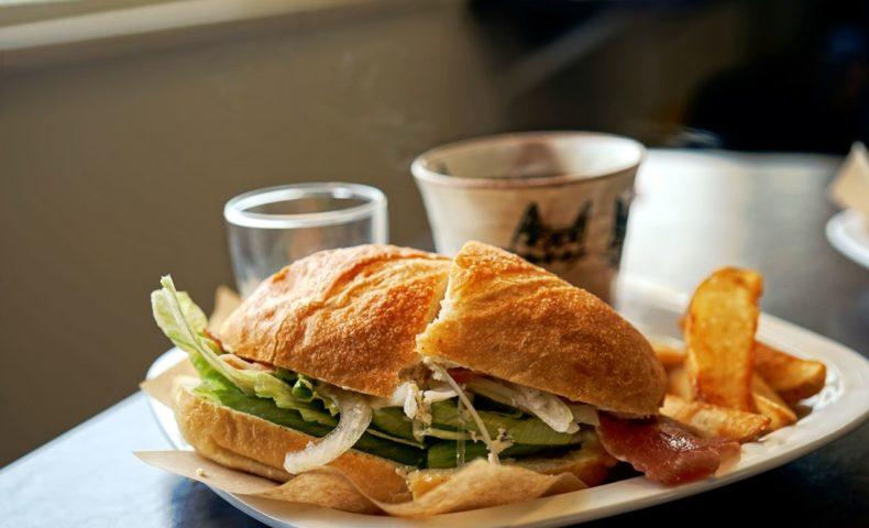 尾道海岸通りのカフェ『フルール』、尾道水道を眺めつつ「生ハムとクリームチーズサンド」ランチ♪