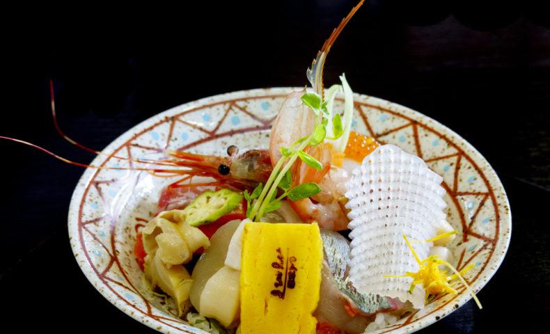 尾道市瀬戸田町『日本料理まきの』具材たっぷり海鮮丼&あなご箱めしも、感動の美味しさ!
